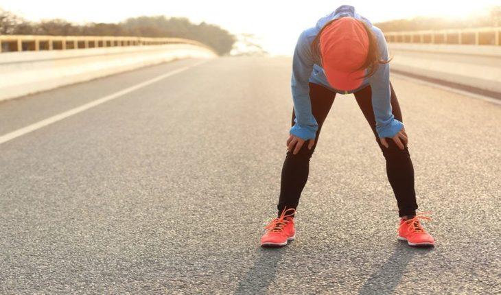 Imagem de uma mulher cansada meio de pista. corrida