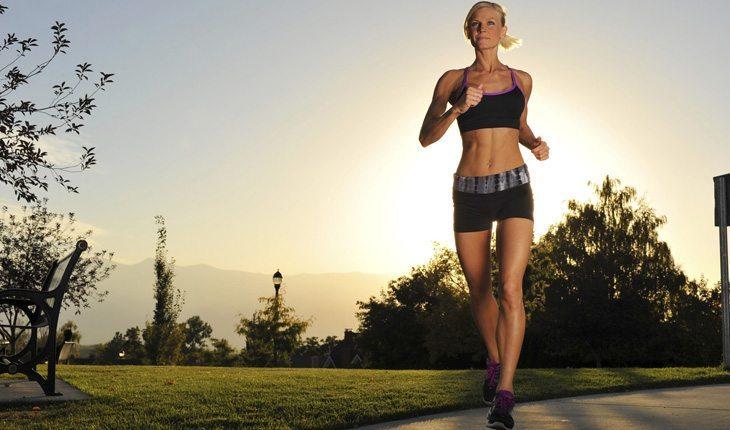 mulher correndo sob o sol ultramartona