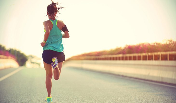 mulher correndo em uma pista ultramaratona