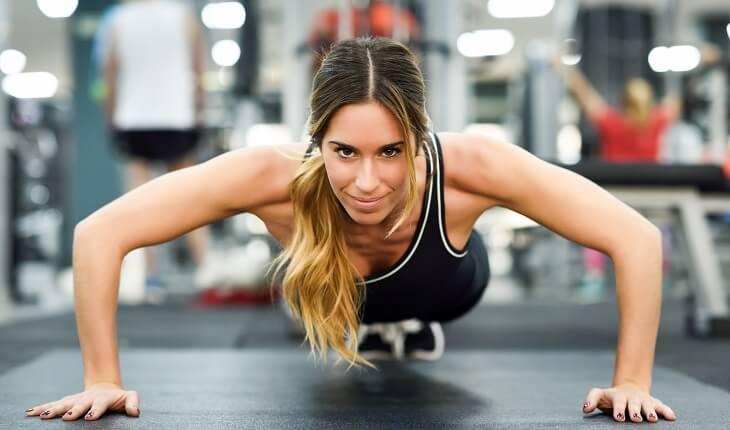 Começar na academia: mulher fazendo flexões