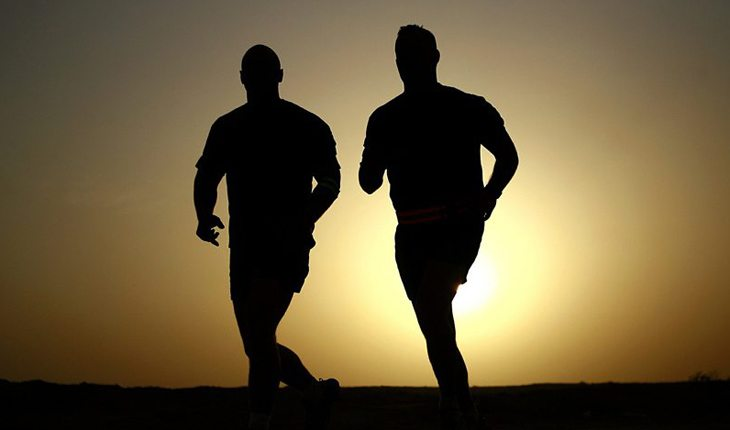 Homens correndo sob o sol ultramaratona