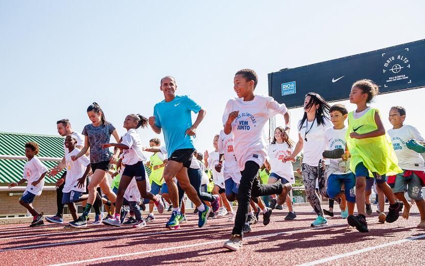 Revitalização da vila olímpica crianças correndo