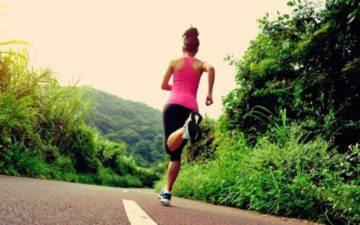 Mulher correndo em uma estrada treinamentos intervalados