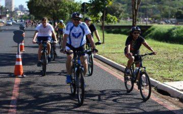 Pessoas andando de biicleta. Ciclofaixa