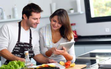 casal em uma cozinha, cozinhando. Receitas saudáveis de peixe