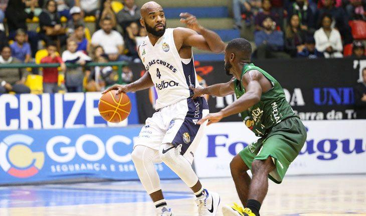 Larry Taylor, de Mogi das Cruzes, e Kendall Anthony, do Bauru Basket