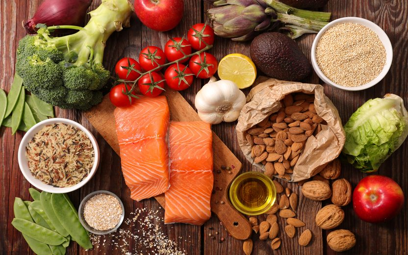 Alguns alimentos sobre a mesa. Alimentos que queimam gordura da barriga