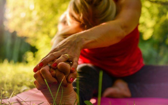 Mulher alongando posturas de yoga