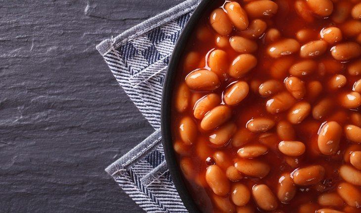 foto de uma panela cheia de feijão do tipo carioca