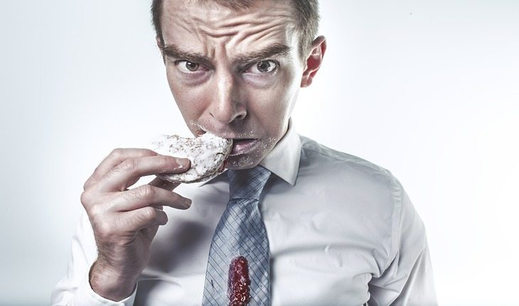 homem comendo doce ferro