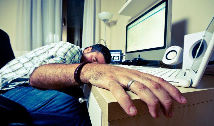 pessoa cansada dormindo ferro