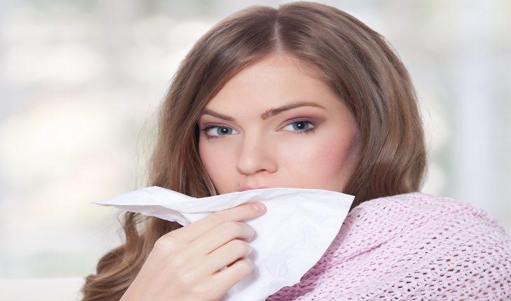 mulher sentindo frio ferro