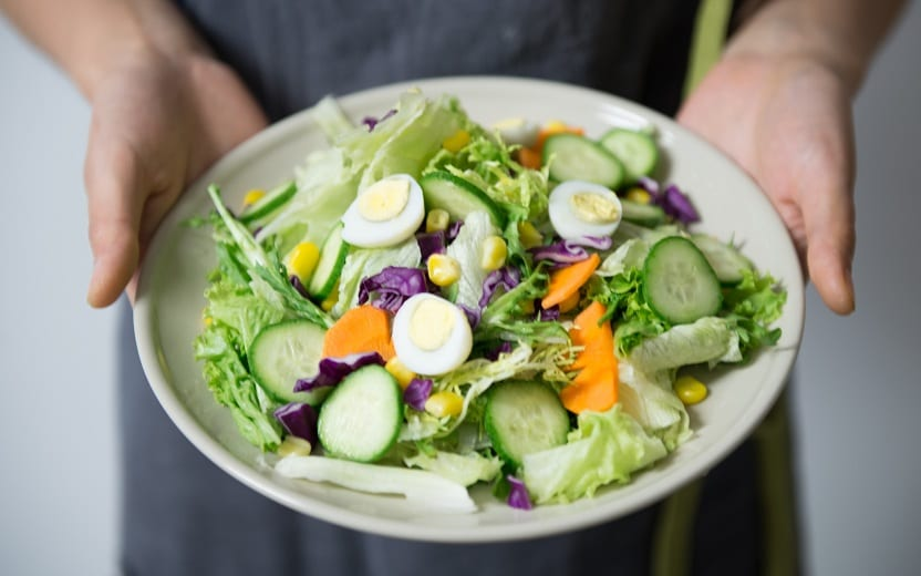 Pessoa segurando uma tigela de salada .Saladas que valem por uma refeição