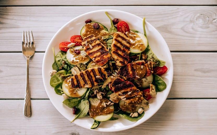 Imagem de uma tigela de salada sob a mesa. Saladas que valem por uma refeição