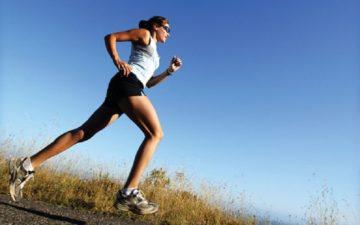 Mulher praticando corrida corredor iniciante