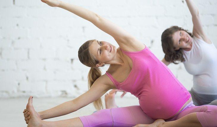 Atividades físicas durante a gravidez: ioga e alongamento