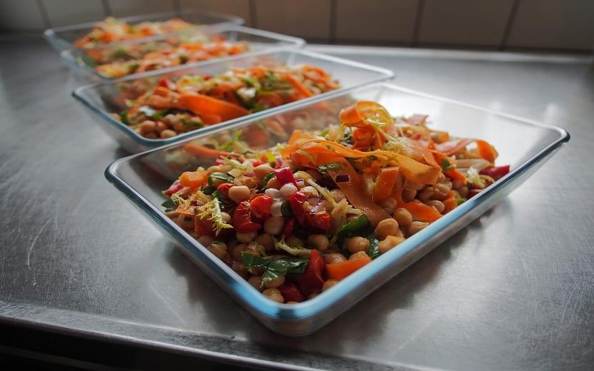 Refratário de salada em cima de uma mesa. Saladas que valem por uma refeição.