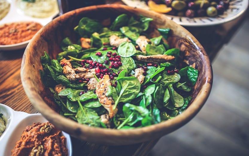 Tigela de salada sob a mesa. Saladas que valem por uma refeição