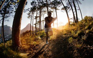 Homem correndo em uma floresta trail running