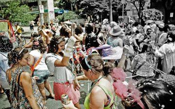 pessoas em rua Carnaval brasileiro