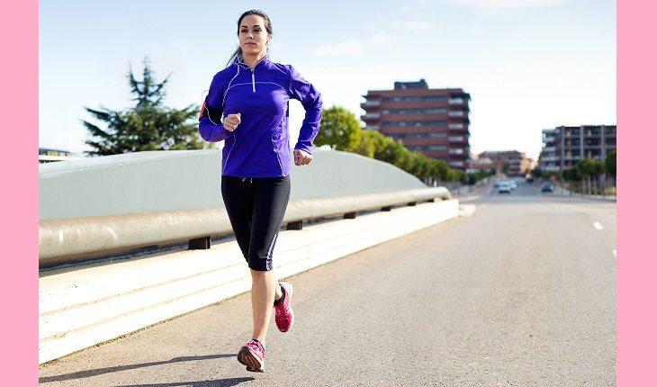 Exercícios físicos e câncer de mama. Na foto, uma mulher correndo na rua