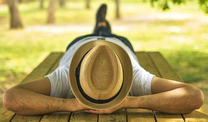 homem deitado em uma mesa no campo