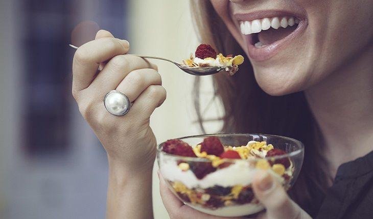mulher comendo tigela de cereal