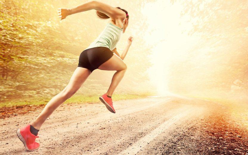 mulher correndo em alta velocidade, utilizando técnicas para gastar menos energia na corrida