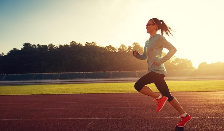 mulher correndo no campo