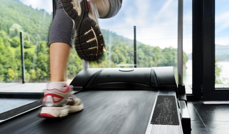 Mulher, correndo, esteira, ginástica, fitness, atividades físicas