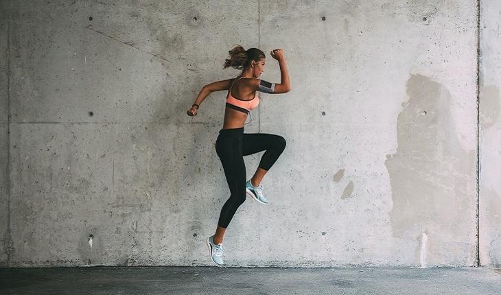 mulher pulando fazendo exercício pliométrico