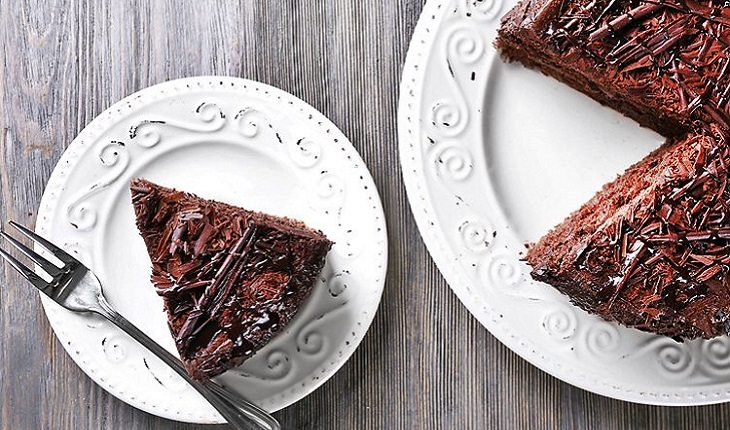 pedaço de bolo de chocolate e um prato branco