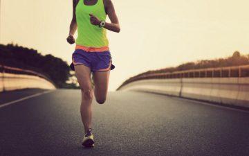 a foto mostra uma pessoa correndo na estrada, ilustrando o post sobre alongamentos para corredores