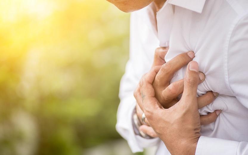 Homem com blusa branca aperta a mão no peito, graças aos riscos com fritura