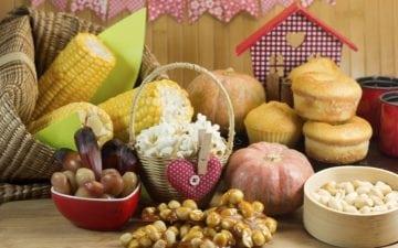 Dieta na festa junina: dicas para manter e receitas especiais. Na foto, algumas comidas típicas de festa junina, como pipoca, milho verde e canjica.