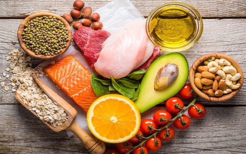 Alimentos sobrepostos em cima de uma mesa tratamento de câncer