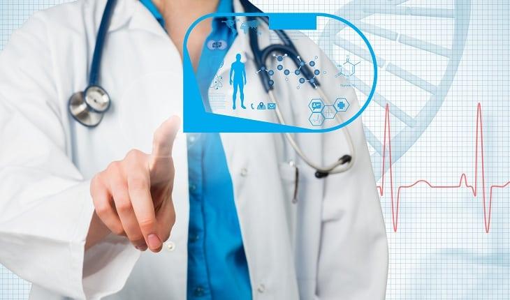 Prevenção do câncer: testes genéticos. Na foto, um corpo de um médico tocando elementos que lembram genética.