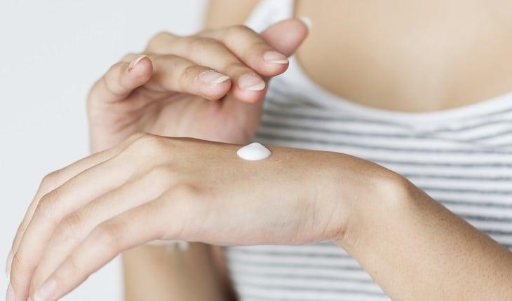 Prevenção do câncer: proteção contra o sol. Na foto, uma pessoa com protetor solar nas costas da mão.