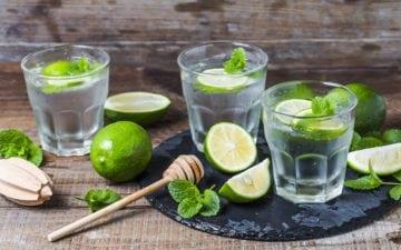 Dicas para se manter hidratado no inverno. Na foto, copos de água com limão