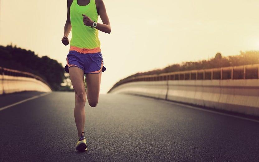 mulher correndo em uma rodovia Longão