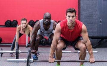 Como otimizar o treino de musculação e obter resultados melhores. Na foto, três pessoas fazendo musculação