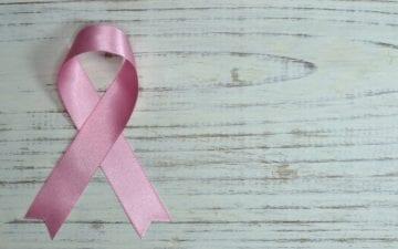 Exercícios e alimentação podem prevenir câncer de mama | Outubro Rosa - laço que simboliza o movimento
