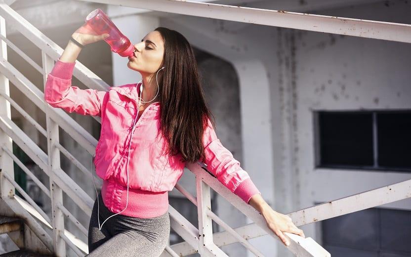 Mulher branca bebendo água tomar água