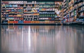 Fileiras de supermercado com produtos. Como ler rótulos de alimentos industrializados