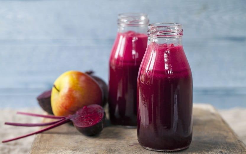 Vitamina detox junto a frutas. Ainda restam dúvidas sobre a dieta detox e seus benefícios