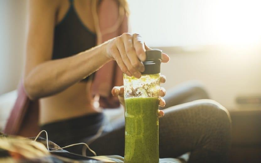 Mulher realizando vitamina detox. Ainda restam dúvidas sobre a dieta detox e seus benefícios a ela