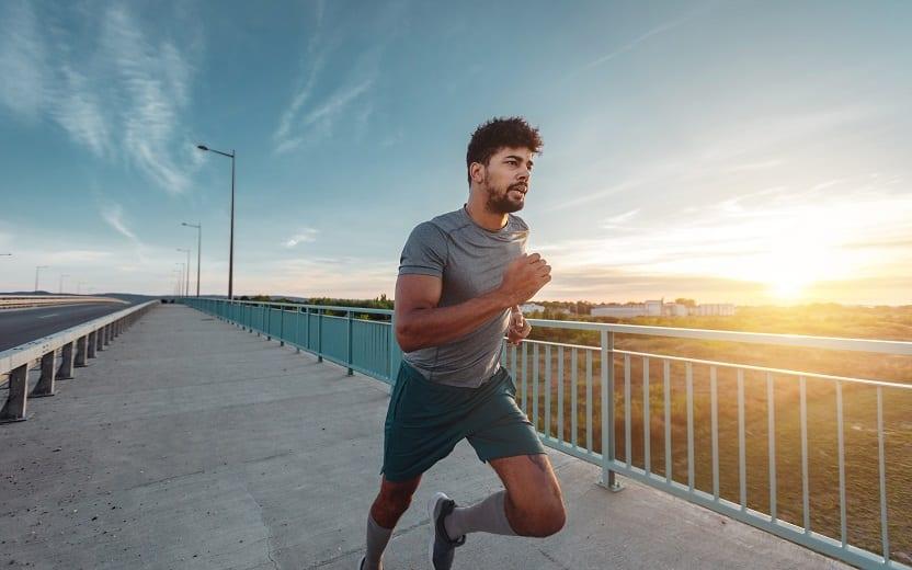 Homem correndo em uma ponte tipos de respiração