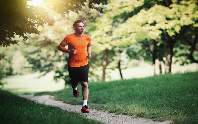 Imagem de um homem correndo em um parque arborizado tipos de respiração