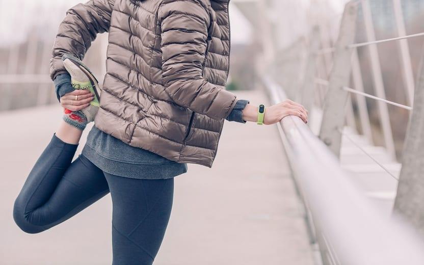 Pessoa se alongando para começar a se exercitar. Benefícios do exercício contra o câncer
