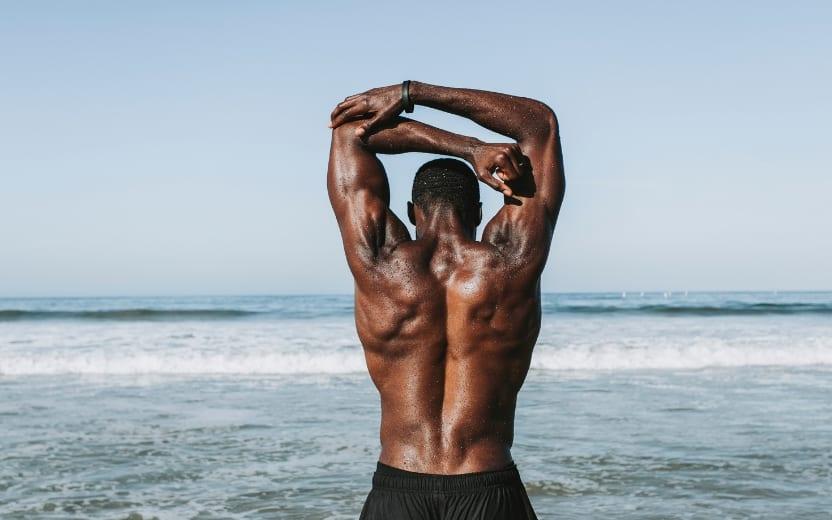 Homem na praia começando seus treinos de verão